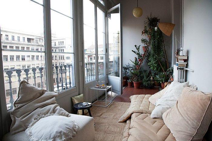Ubah balkon menjadi ruang santai.
