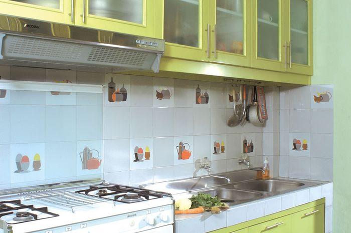 Dapur dengan kelir hijau pupus yang meneduhkan mata bikin kita makin betah memasak.