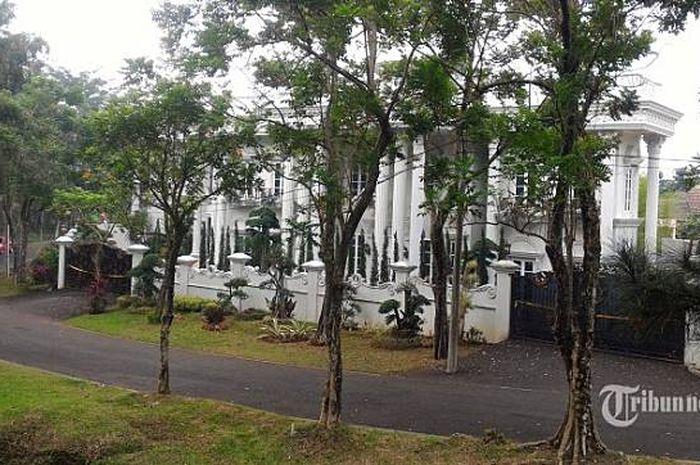 Inilah rumah Direktur Utama PT First Travel Andika Surachman dan istrinya yakni Anniesa Desvitasari, yang merupakan direktur di perusahaan tersebut di perumahan Sentul City, Bogor.Minggu (13/8/2017).
