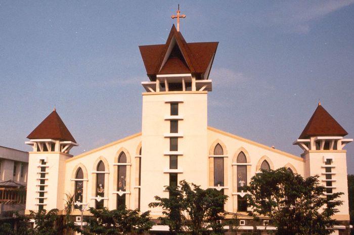 Bagian depan dan arsitektur gereja santa maria tak bercela di Surabaya
