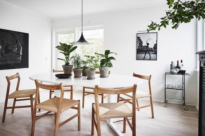 Desain ruang makan Skandinavia dengan sentuhan alami.