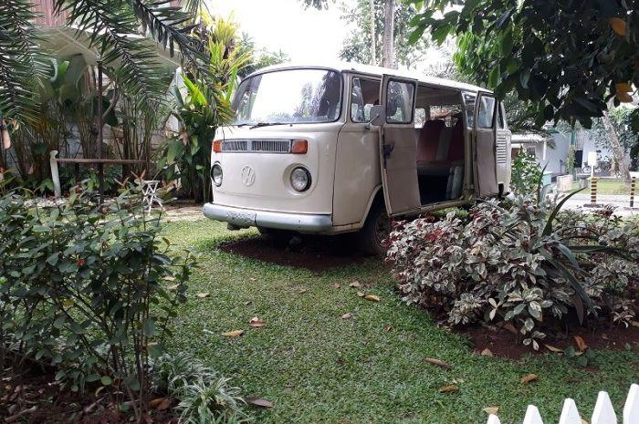 Sebuah mobil VW jadul terparkir di halaman rumah Raffi Ahmad. Mobil itu menjadi ornamen menarik di bagian depan rumah.