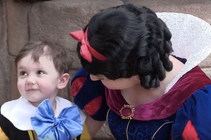 Bocah Penyandang Autisme Berusia Dua Tahun Ini Jatuh Cinta pada Pandangan Pertama kepada Putri Salju