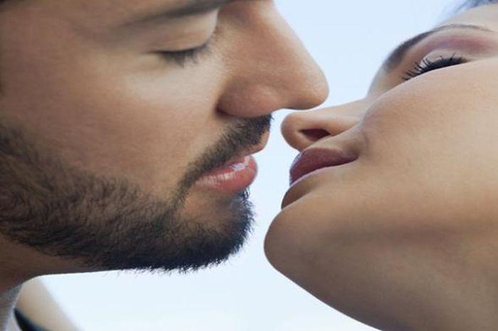 5 cara membuat pasangan ketagihan dengan ciuman yang kita berikan