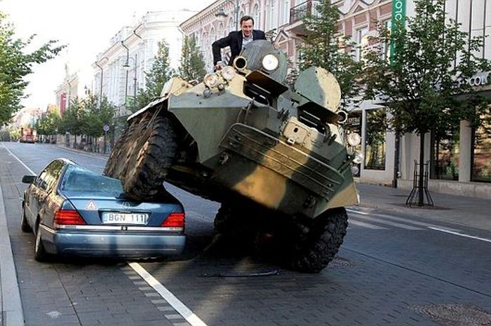 Walikota Arturas Zuokas Menggunakan Tank untuk Melindas Mobil Mercedes yang Parkir Sembarangan