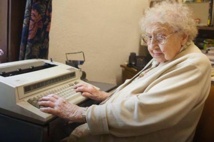 Elisabeth Davis, Nenek Gila Kerja yang Menolak Pensiun Meski Sudah 99 Tahun