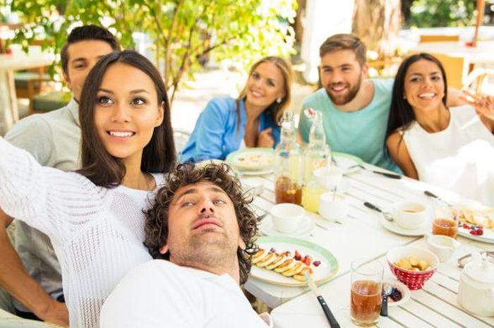 Menyeruput kopi di kantin bersama teman atau rekan kerja tidak hanya mengusir kejenuhan, namun juga membuat bahagia di tempat kerja.