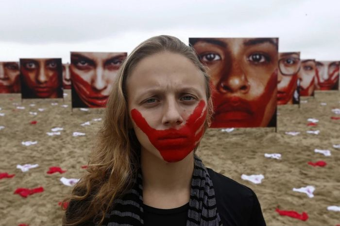 420 Celana Dalam Perempuan Disebar sebagai Protes terhadap Tradisi Pemerkosaan di Brasil