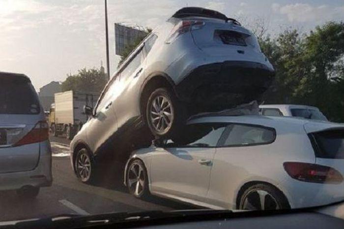 Tabrakan beruntun di tol bintaro yang melibatkan mobil VW Scirocco dengan Nissan Xtrail.