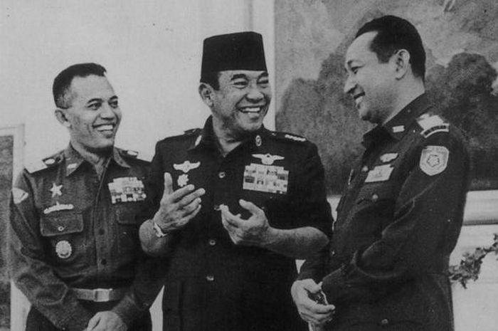 Bung Karno diapit dua jenderal Angkatan Darat, AH Nasution (kiri) dan Soeharto. Ketiganya tertawa lebar saat bertemu di Istana Merdeka, Jakarta, tahun 1966.