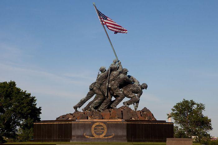 Suasana heroik pengibaran bendera AS di Iwo Jima