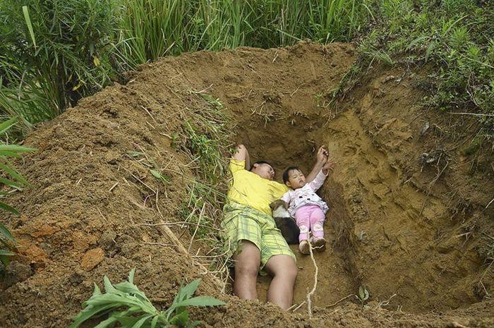 Zhang Liyong mengajak anaknya yang sudah tak berpengharapan ke lubang kuburannya.