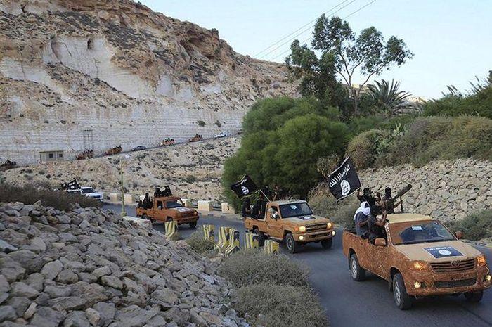 Anggota Dewan Pemuda Islam Derna melakukan konvoi