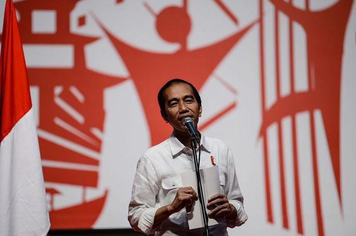 Presiden Joko Widodo berbicara saat menemui tenaga kerja Indonesia (TKI) di Asia World Expo Ground, Hongkong, Minggu (30/4/2017).