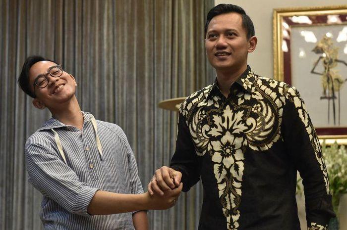 Putra Presiden Joko Widodo Gibran Rakabuming Raka (kiri) berjabat tangan dengan putra Mantan Presiden Susilo Bambang Yudhoyono Agus Harimurti Yudhoyono (kanan)