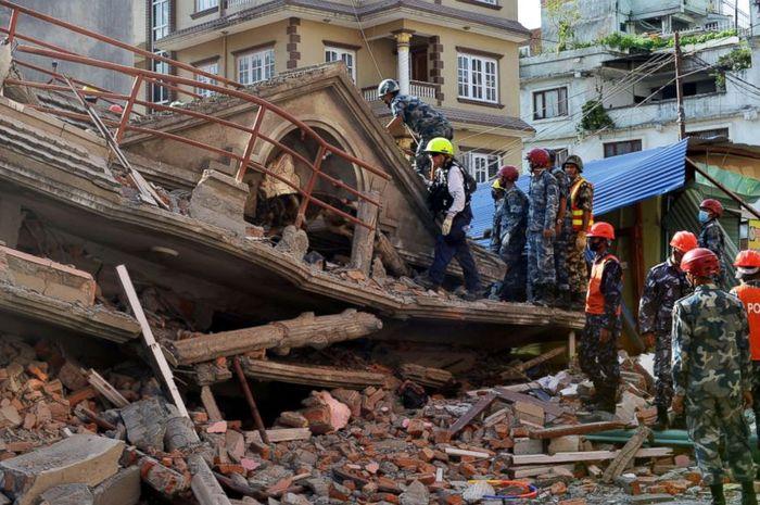 Tim SAR Internasional ketika beraksi di Nepal