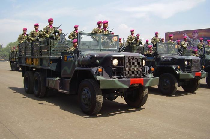 Truk kendaraan TNI