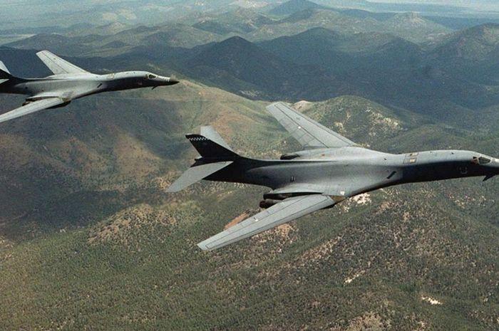 Dua pesawat pengbom nuklir B-1B Lancer