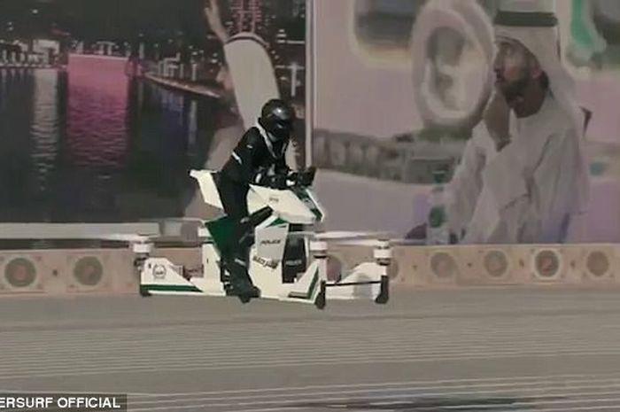Seorang polisi Dubai mencoba hoverbike.