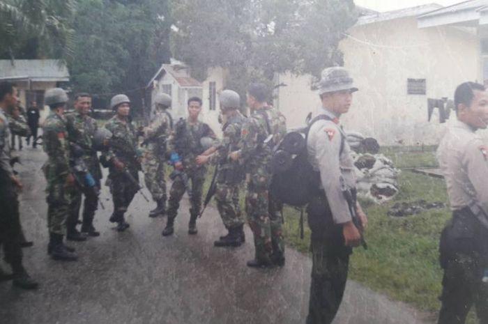 Brimob dan pasukan TNI