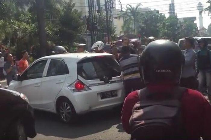 Pengejaran tersangka tabrak lari Honda Brio di Bandung, Jawa Barat