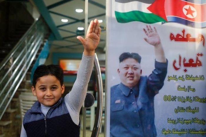 anak pemilik restoran menirukan gaya Kim Jong Un