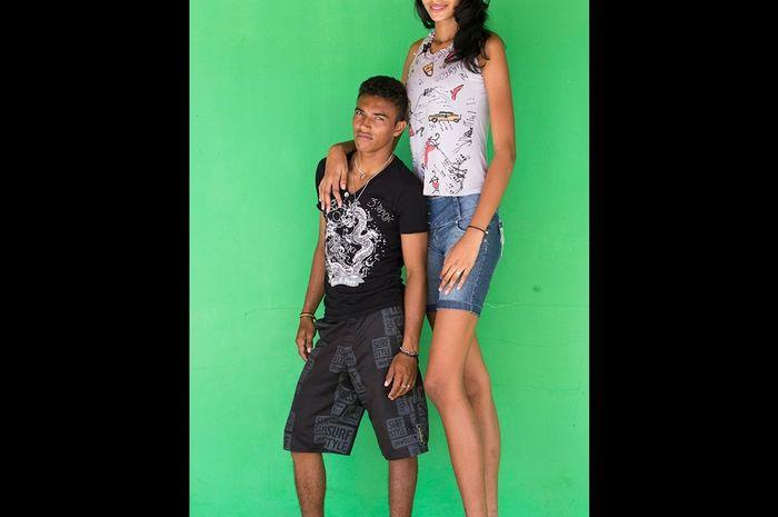 Elisany da Cruz Silva dari Brazil memiliki tinggi yang tidak biasa