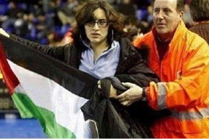 Lydia Guevara mengibarkan bendera Palestina di ajang sepak bola Brazil