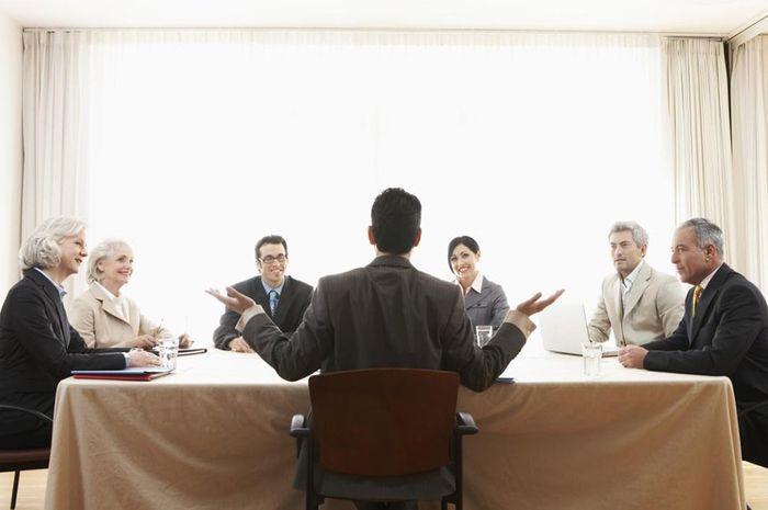 Mengatur bawahan yang lebih tua di tempat kerja