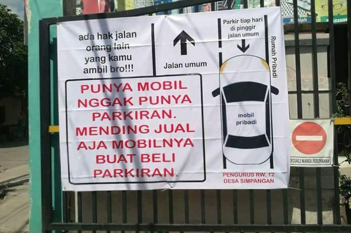 Spanduk sindiran untuk warga yang parkir sembarangan