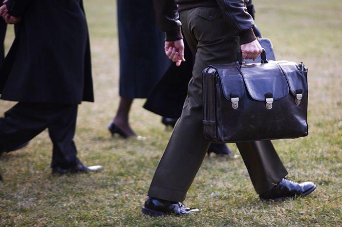 Football Nuke, julukan tas hitam Presiden AS yang berisi tombol rudal nuklir.