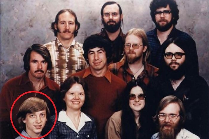 Tampak dalam lingkaran merah adalah Bill Gates semasa muda