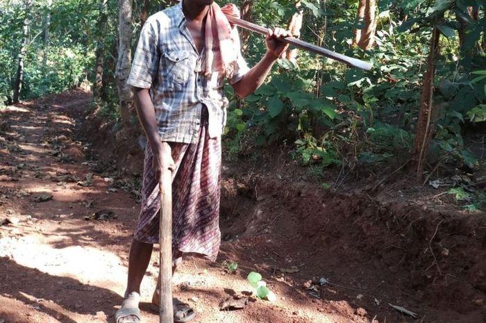 Jalandhar Nayak tinggal berjarak 10km dengan sekolah anak-anaknya