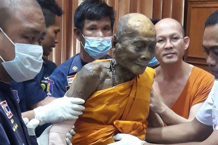 Jenazah Luang Phor Pian tersenyum saat digali