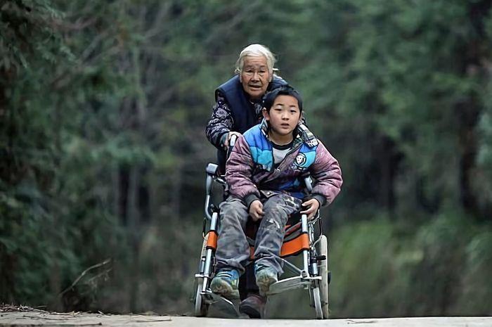 Shi Yuying sering antarkan Jiang, cucunya, ke sekolah meski harus menempuh jarak puluhan kilometer