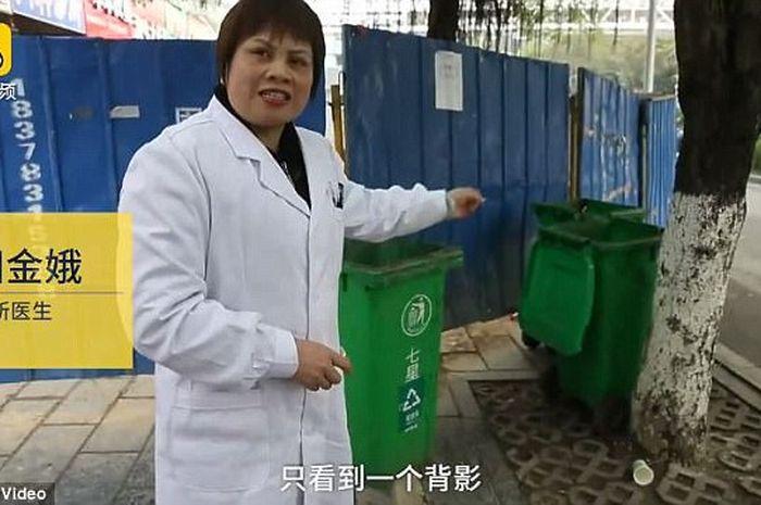 Dr. Yang menunjukkan tempat sampah tempat bayi ditemukan.