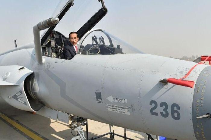 Presiden Jokowi di kokpit JF-17 Pakistan.