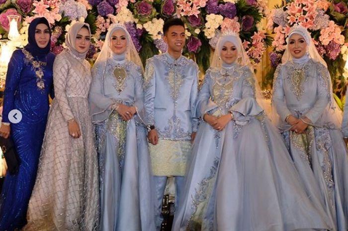 gaun pengantin saat acara resepsi
