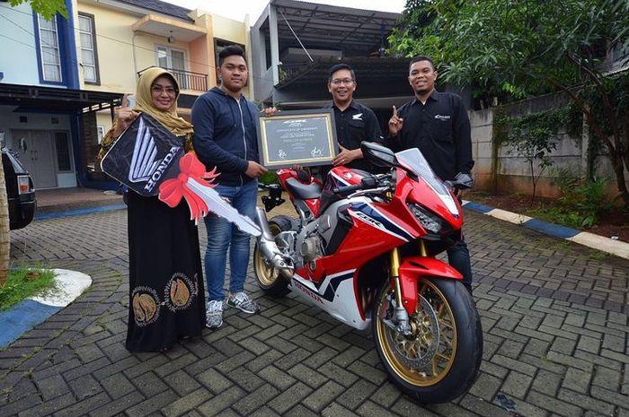Diler Honda, Wahana Makmur Sejati (WMS), mengantarkan big bike CBR1000RR SP kepada pemilik pertama yang terdaftar di Indonesia, Fadillah Ichsani, Jumat (9/2/2018)