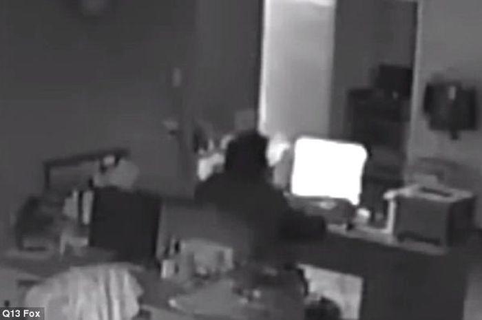 Seorang pencuri tertangkap sedang menonton film porno di rumah yang dicurinya