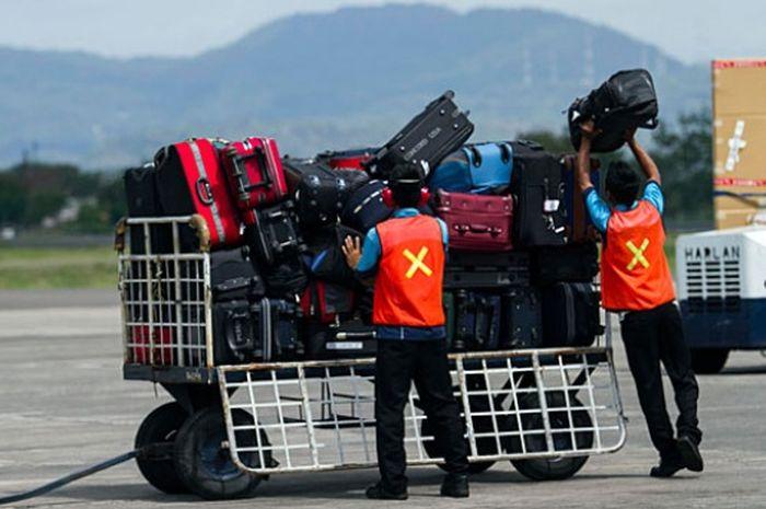 Penanganan koper dalam suatu penerbangan