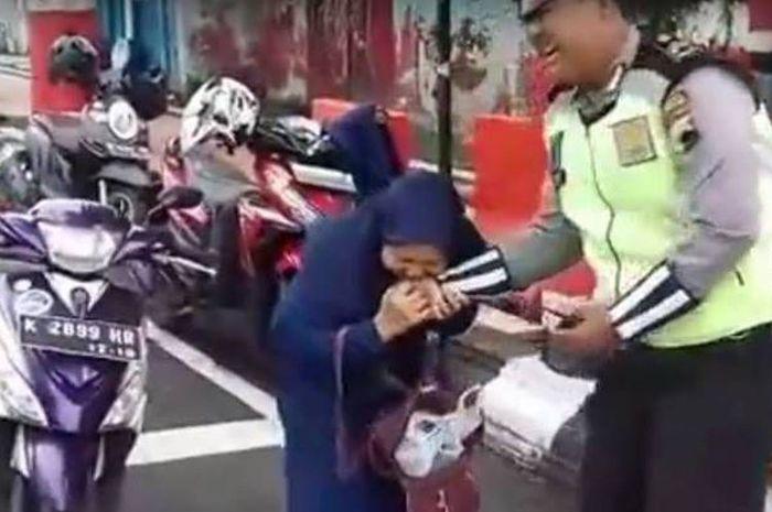 Anggota Satuan Lantas Polres Kudus, Jawa Tengah Briptu Erlangga Hananda Seto, Kamis (22/2/2018) pagi, digigit seorang ibu yang ditilangnya saat tengah bertugas mengurai arus lalu lintas di Jalan A Yani Kudus.