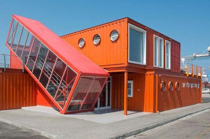 Rumah kontainer putih oranye