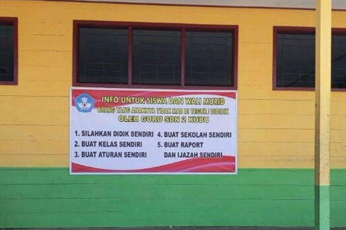Kepala SDN 2 Kubu, Kutawaringin, memajang spanduk dengan pesan unik setelah sekolahnya dilempari kotoran manusia.