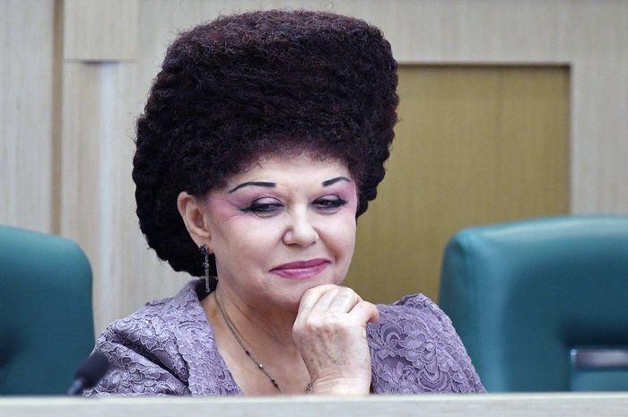 Gaya rambut Senator Rusia menjadi viral di media sosial.