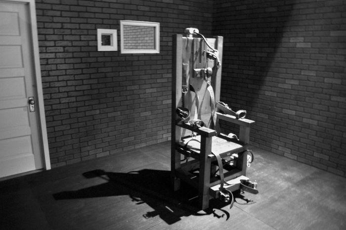 Narapidana dieksekusi menggunakan kursi listrik.