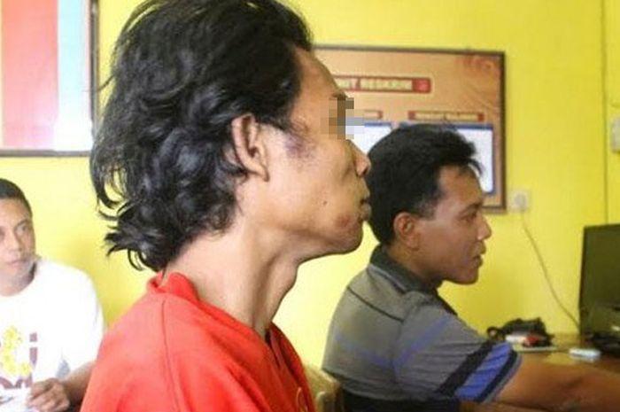 Kaos merah terdakwa pelaku penganiayaan | Surya