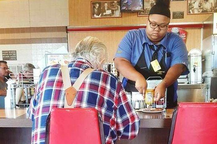 Pelayan ini mendapatkan beasiswa karena aksi baiknya menjadi viral