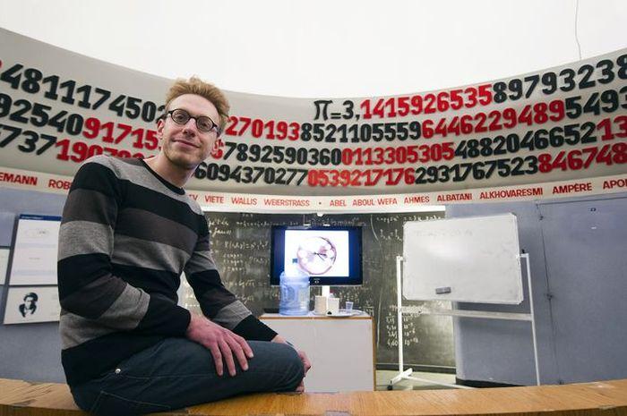 Orang-orang genius yang mampu menghapalkan ribuan digit nilai pi.
