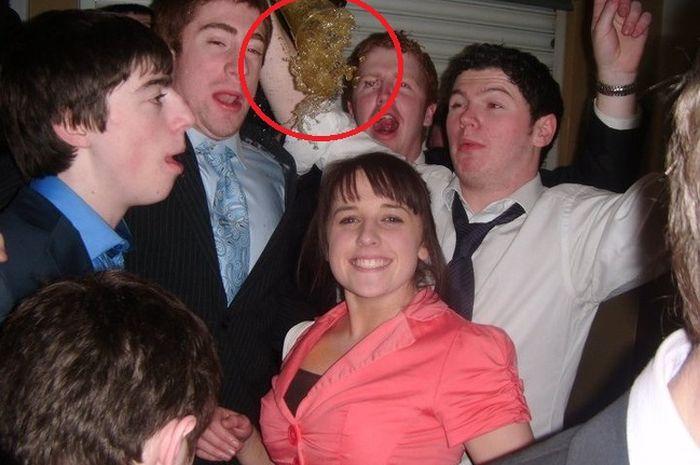 Foto ini diambil tepat sebelum minuman menumpahi wanita dalam foto
